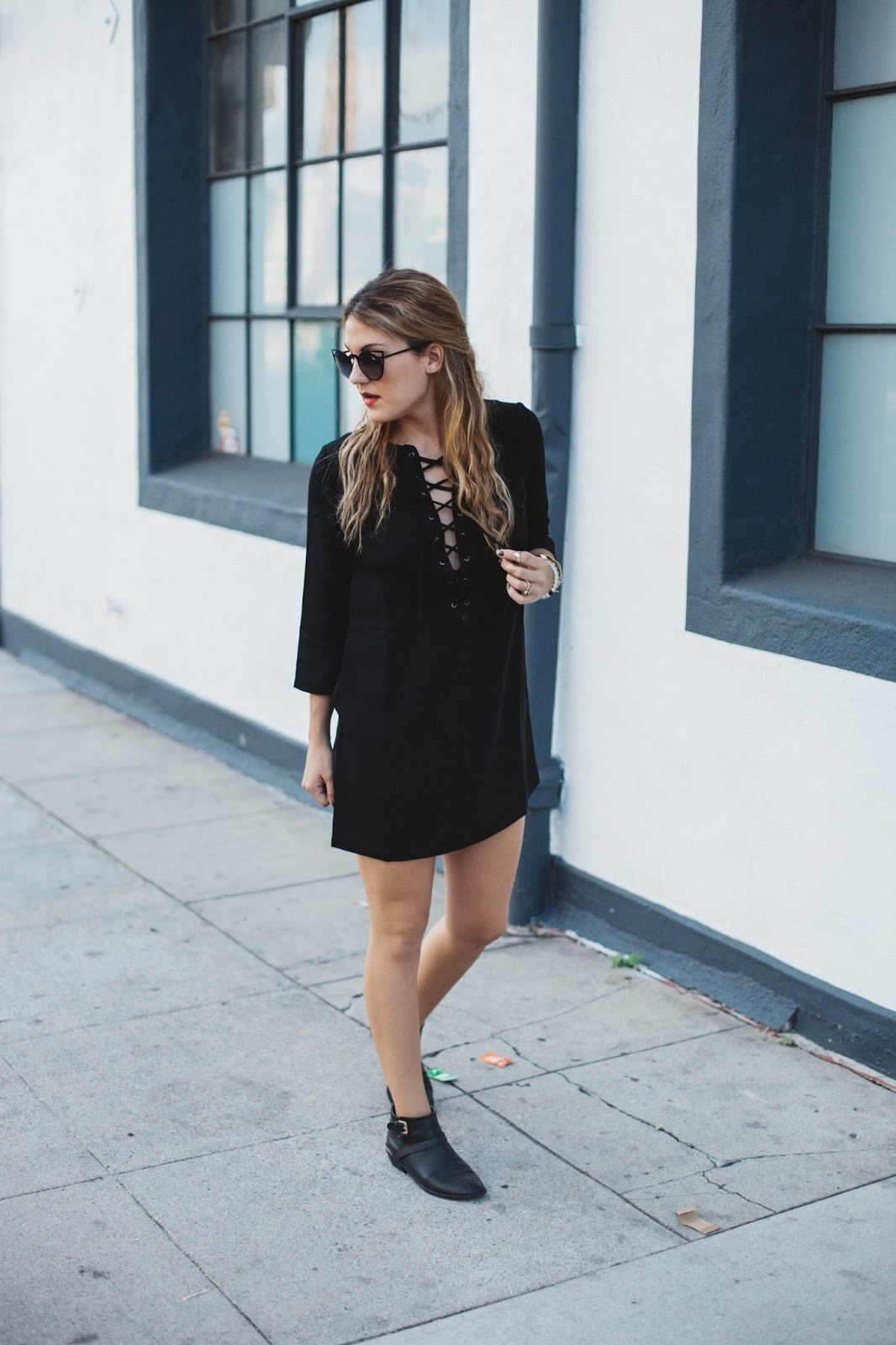 look-vestido-preto-lace-up