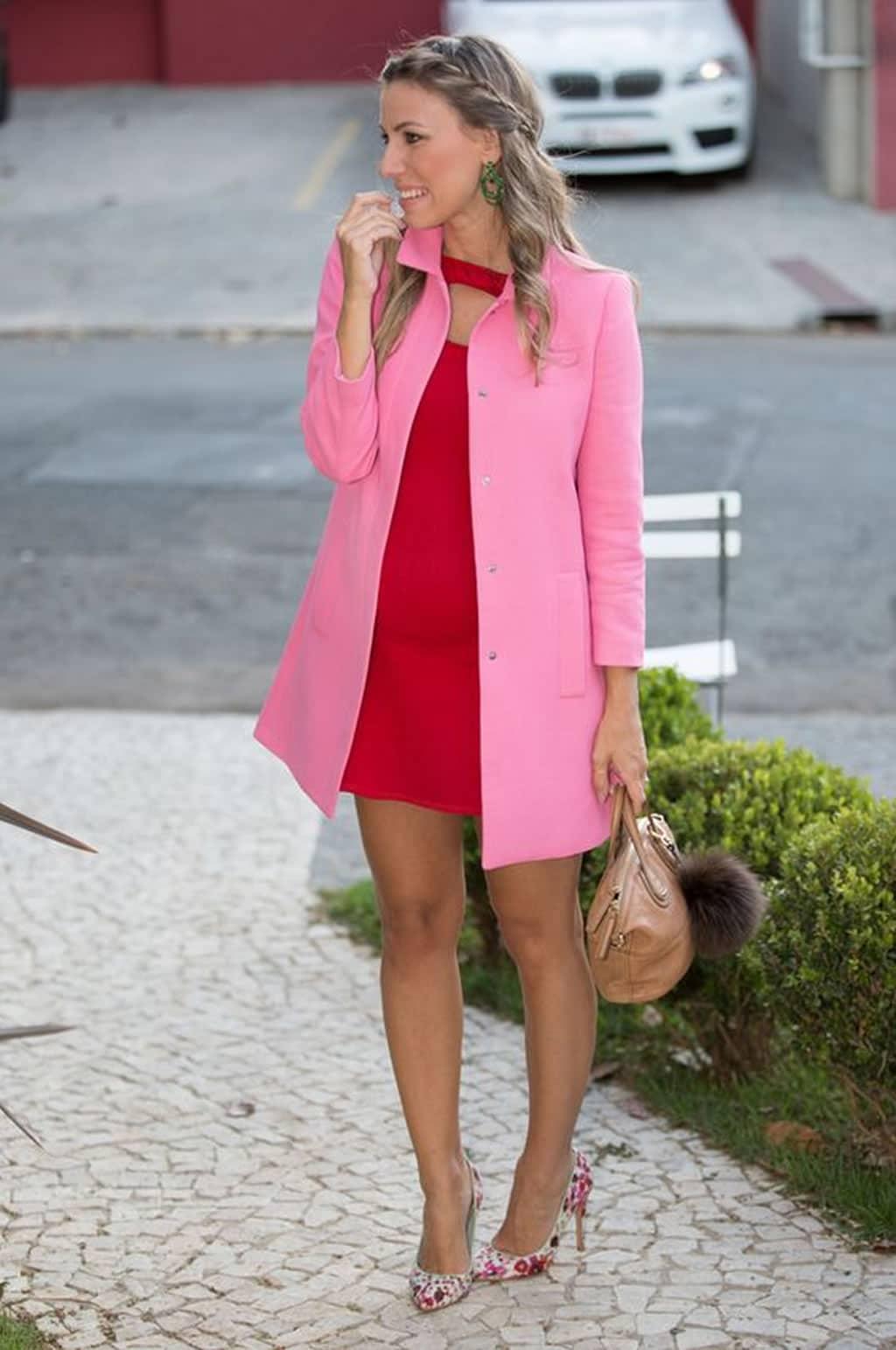 Tendência Rosa e Vermelho, Looks Rosa Com Vermelho, Look Vermelho Com Rosa, Vermelho e Rosa, Rosa e Vermelho, Tendência Vermelho e rosa, trench coat com vestido vermelho, trench coat rosa com vestido vermelho